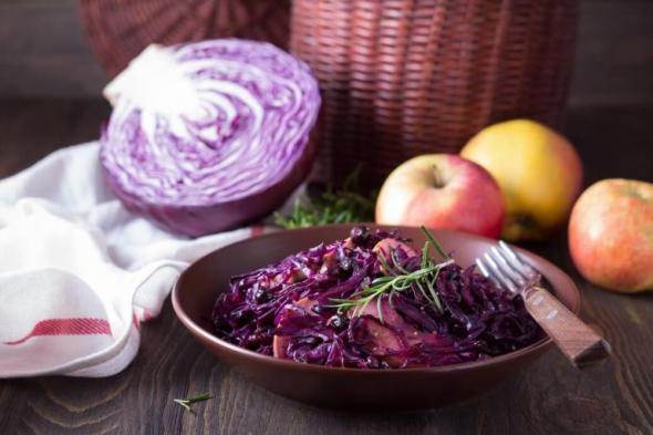 Вкусный салат из свежей капусты с яблоками и черной смородиной. Рецепт